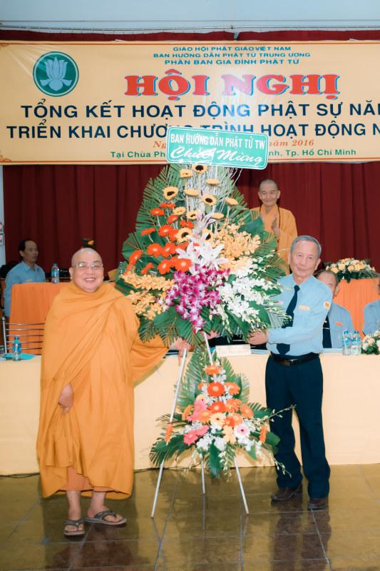 HT Thích Hộ Chánh thay mặt BHD PT TW tặng lẵng hoa chúc mừng hội nghị